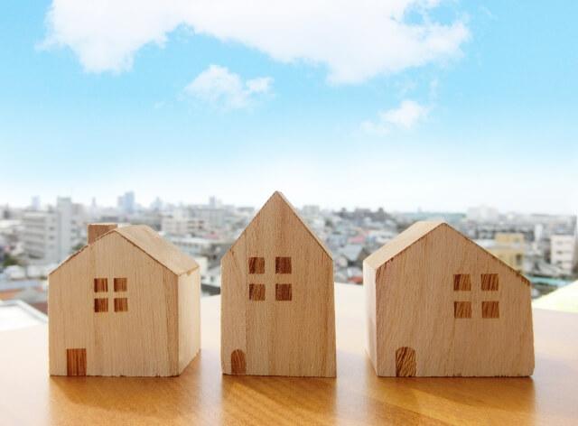 コウモリは一般住宅以外に倉庫やビルにも住み着いて被害をもたらす