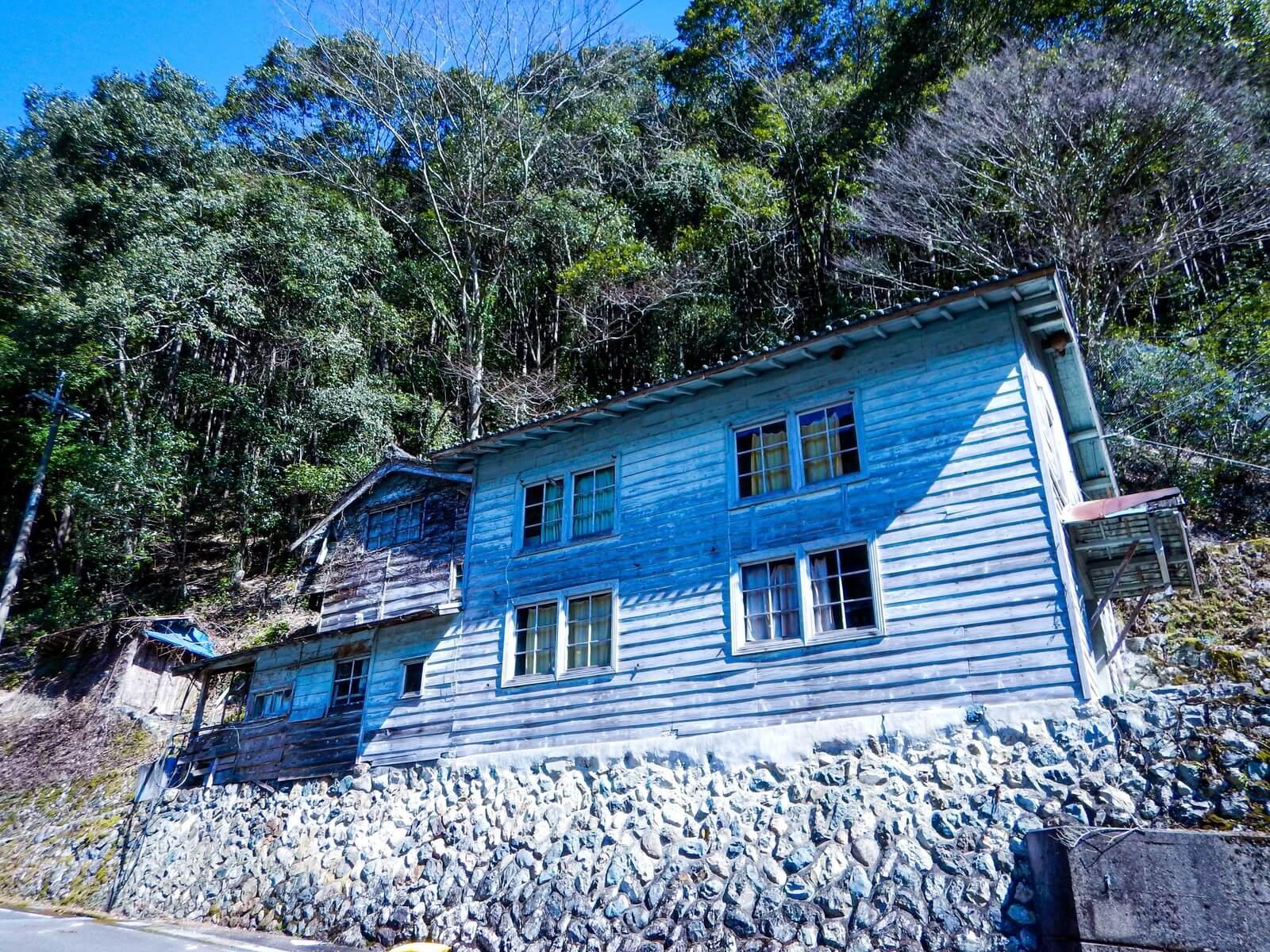 屋根裏の断熱材が破られて家の資産価値が低下する被害