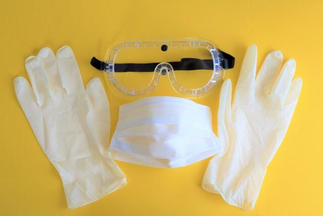 匂いが強烈なのでマスクや手袋を着用する