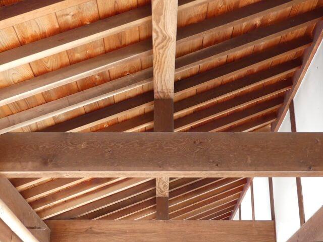 【屋根裏のコウモリ駆除】聞こえる鳴き声や音、追い出す方法も紹介!